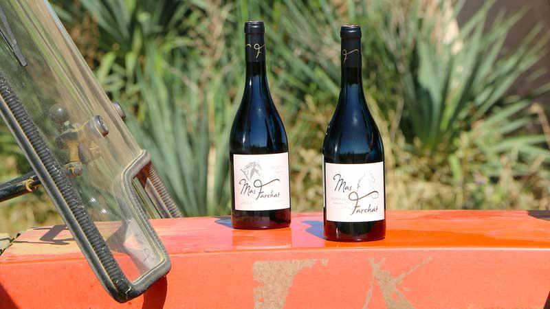 Sur le vieux tracteur rouge, les bouteilles sont mises en valeur