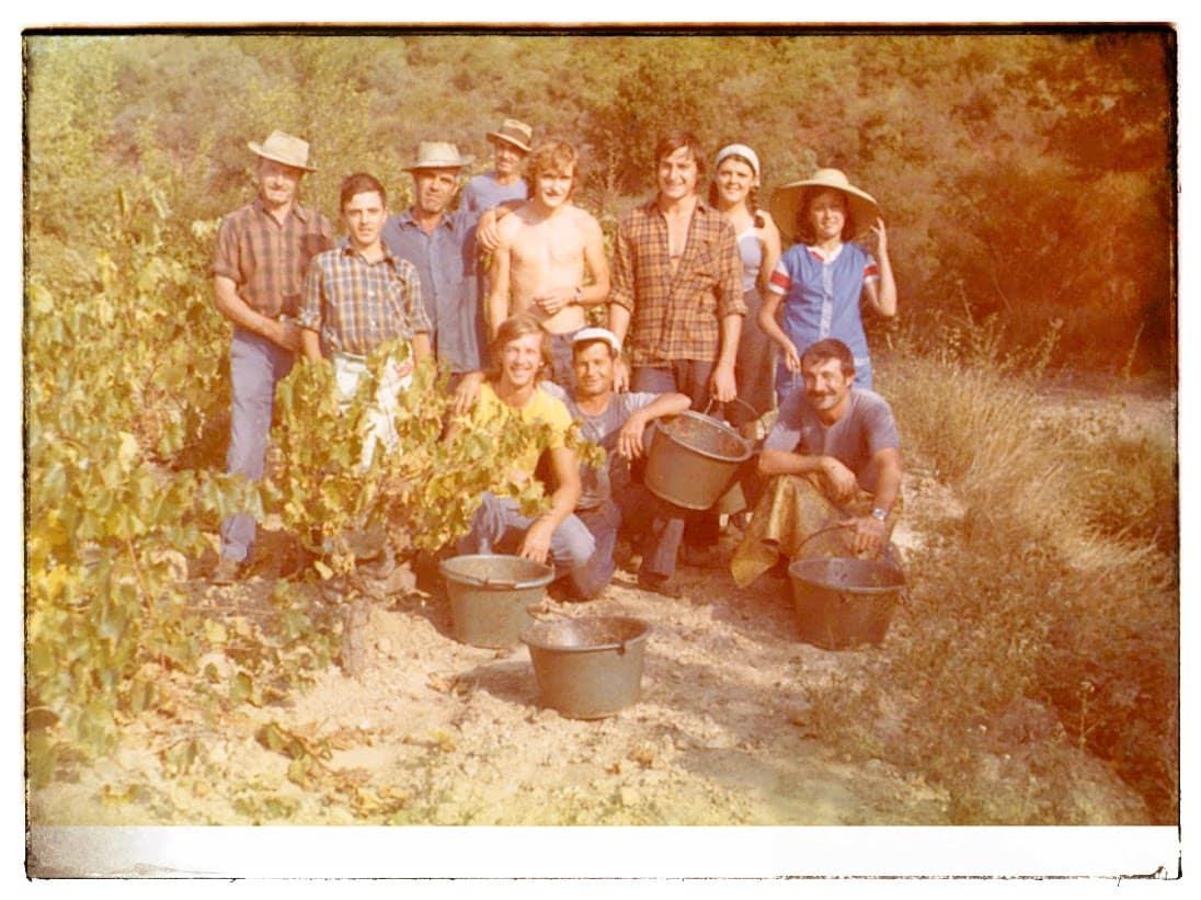 """Dans les années 1975, la """"cola"""" d'espagnols (""""cola"""" veut dire équipe en occitan) qui venait chaque année aider aux vendanges. Henri Jougla est à gauche avec le chapeau."""